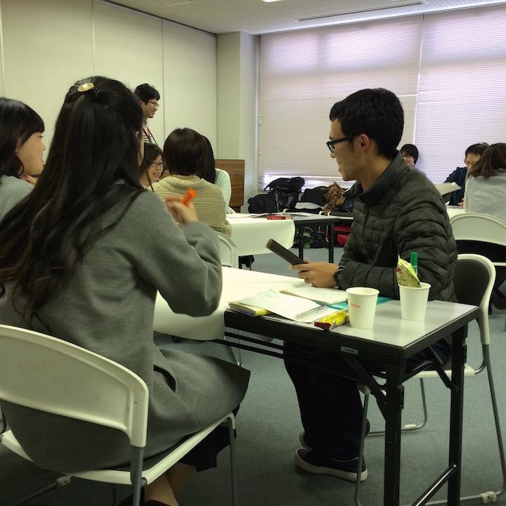 3月11日に開催されたNGOカレッジステップ3で「トーキングスティック」を持ちながらお話しする参加者