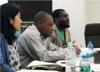 議員訪問で公開書簡について説明するモザンビーク全国農民連盟UNACのアウグスト・マフィゴ代表(中央)とビセンテ・アドリアーノ氏(奥)