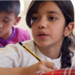 IVYがスタートさせた補習校で久しぶりに学ぶ子どもたち。真剣なまなざしで勉強に取り組む。