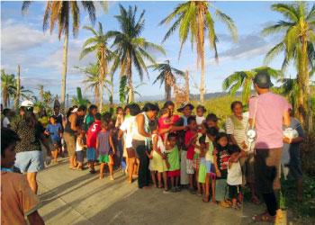 支援を待つ長蛇の列 (レイテ島)