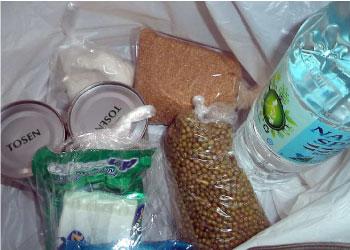 <緊急支援パックの内容>お米3キロ、ミネラルウォーター1ボトル、砂糖、塩、モンゴ豆、干し魚、魚の缶詰2個、歯磨き粉、石ケン、洗濯用石鹸