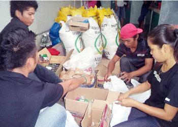 セブ島のコンサーンの事務所で行われた救援物資のパッキング作業。普段は学生、教師、NGO職員といったフィリピン人の市民ボランティアの人たちが活動していました。