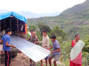 支援物資であるトタン屋根を配布した時の様子