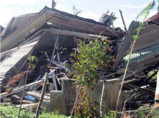 突風で倒壊したセブ北部ダアンバンダヤンの家